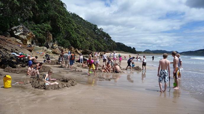 800px-Excavations_on_Hot_Water_Beach_-New_Zealand-12Dec2008