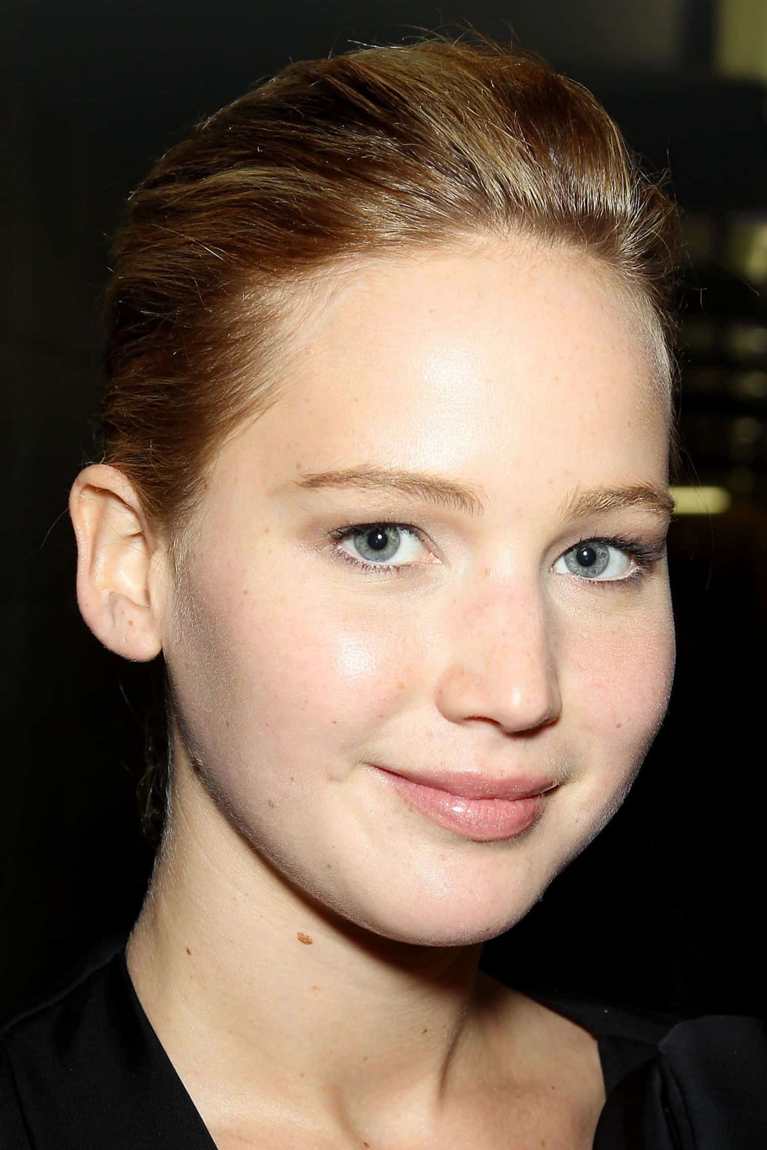 This is Jennifer Lawrence wearing almost no makeup at the premiere of The Great Gatsby. In this way, she proved that you don't necessarily have to wear ...